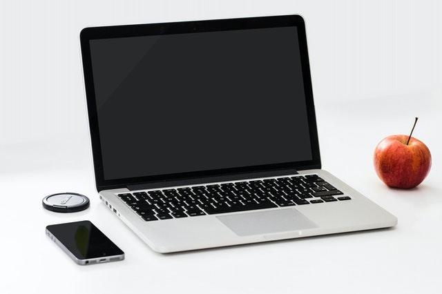 Bild på dator, mobil och äpple. Representerar nyhetsbrev från Sportkommunikation.se